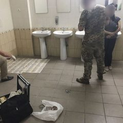 Інспекторка ДФС, яку спіймали з хабарем у туалеті, відбулася штрафом