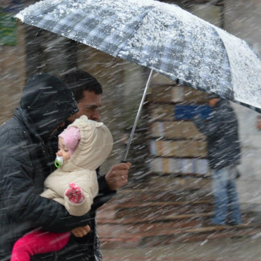 Синоптики попереджають про сильний вітер та сніг у Києві