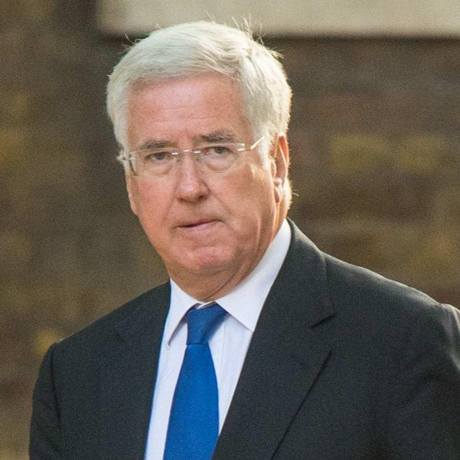 Міністр оборони Британії зізнався, що 15 років тому торкнувся коліна радіоведучої
