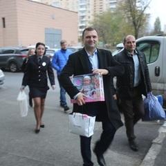 Київські поліцейські провідали двомісячну Вікторію, яку нещодавно викрали біля дитсадочка (фото, відео)