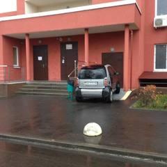Не донесли до ліфта: киян обурило авто, припарковане на пандусі (фото)