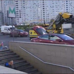 Торговець медом на елітній машині Tesla підірвав соцмережі (фото, відео)