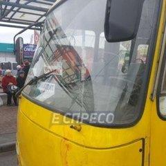 Наїзд маршрутки на зупинку: поліція Києва повідомила подробиці