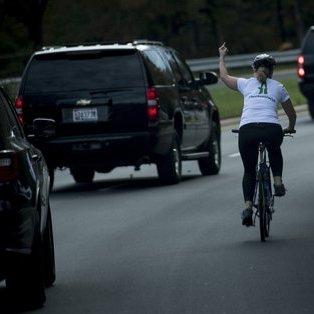У США жінку звільнили, коли вона показала середній палець кортежу Трампа (фото)