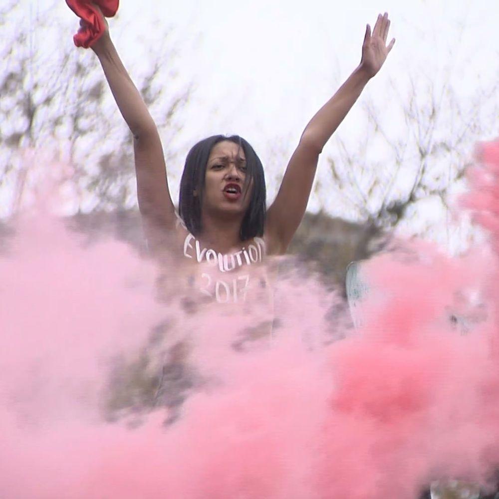 У столиці оголена активістка FEMEN провела чергову провокаційну акцію (відео)