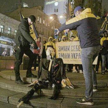 У центрі Києва спалили опудало Леніна. Відео