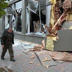 У Києві невідомі екскаватором зруйнували меблевий магазин (фото, відео)