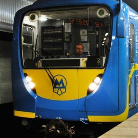 Чоловік, який впав на колії метро у Києві, загинув