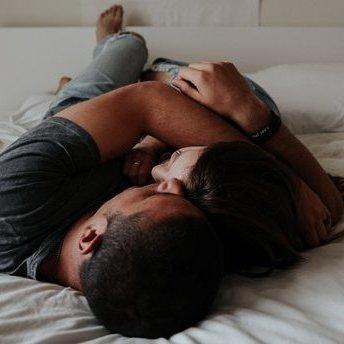 Вчені дослідили хто повинен спати довше: чоловіки чи жінки