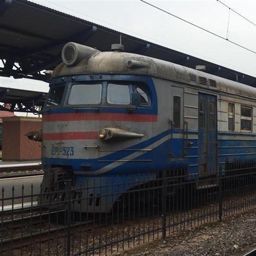 Реалії української залізниці: пасажири штовхають потяг (відео)
