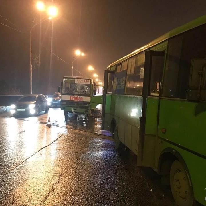 ДТП у Харкові: зіткнулися дві маршрутки (фото)