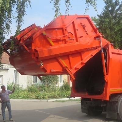 У Києві під час вивантаження відходів із бака стався вибух у сміттєвозі