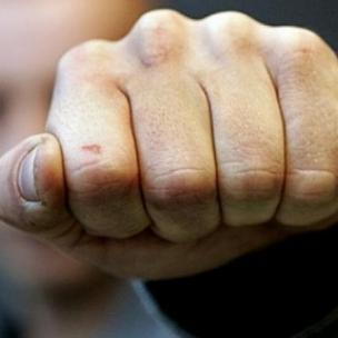 На Херсонщині школярка побила ровесницю перед натовпом підлітків (відео)