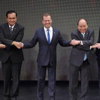 «Занадто важка комбінація»: з Медведєва кепкують через конфуз під час групового фото