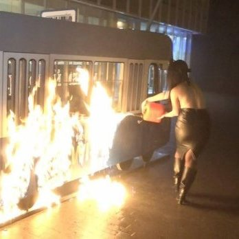 Активістка Femen підпалила декоративний трамвай біля магазину Roshen у Вінниці (фото)
