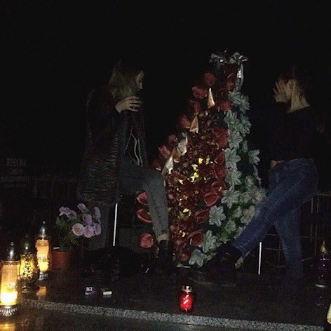 Компанія 15-річних дівчат влаштувала вечірку на надгробках  (фото, відео)