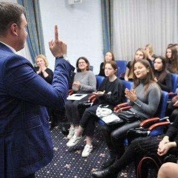 У Кабміні розповіли студентам про захист України на інформвійні