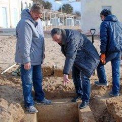 У Євпаторії на пляжі перехожий випадково натрапив на стародавнє поховання (фото)