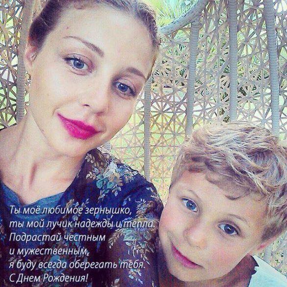 Тіна Кароль привітала сина із днем народження традиційним селфі