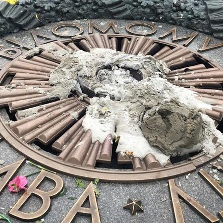Вічний вогонь у Києві знову залили цементом