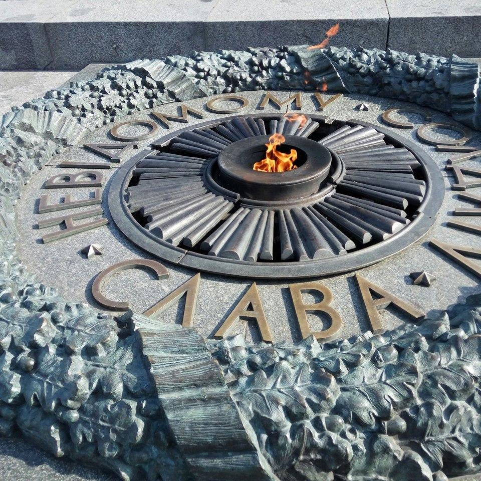 Камера зафіксувала, як Вічний вогонь заливають цементом (відео)