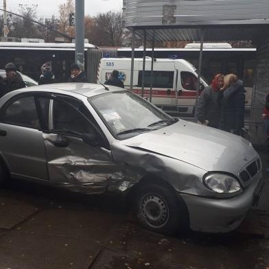 У Києві автомобіль в'їхав в магазин, ледь не розчавивши жінку з дитиною