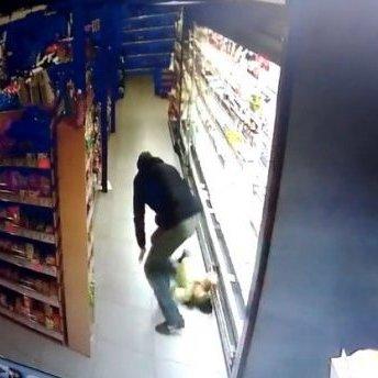 У Кропивницькому чоловік впустив дитину на підлогу у супермаркеті: шокуюче відео