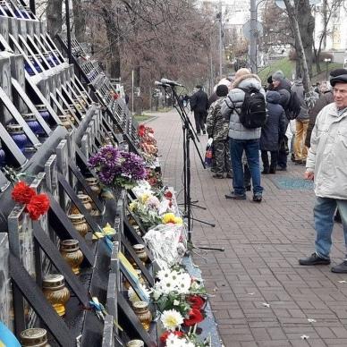 Кияни несуть квіти на алею Героїв Небесної сотні (фото)