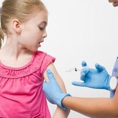 Українці возять дітей в «тури для щеплення» в Європу через дефіцит вакцин