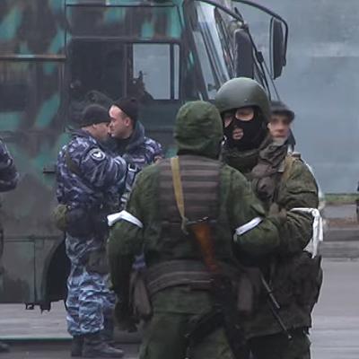 Центр Луганська оточили люди з автоматами та БТРом (відео)