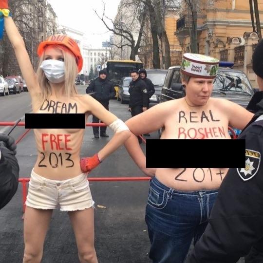 Активістки Femen роздяглися під офісом Порошенко (фото)