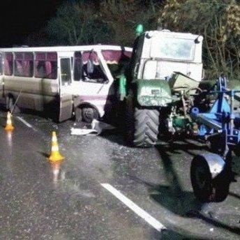 На Луганщині автобус зіткнувся із двома тракторами (фото)