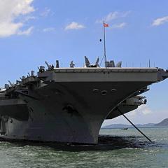 Вісім осіб з літака ВМС США врятовані