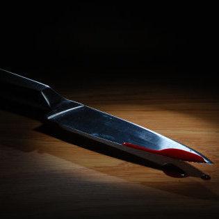 В Херсоні дівчина вдарила ножем свого хлопця, який через ревнощі «розпустив руки»