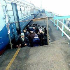 Обвал платформи на залізничній станції на Дніпропетровщині: пасажири змушені чекати на потяг у ямі (фото)