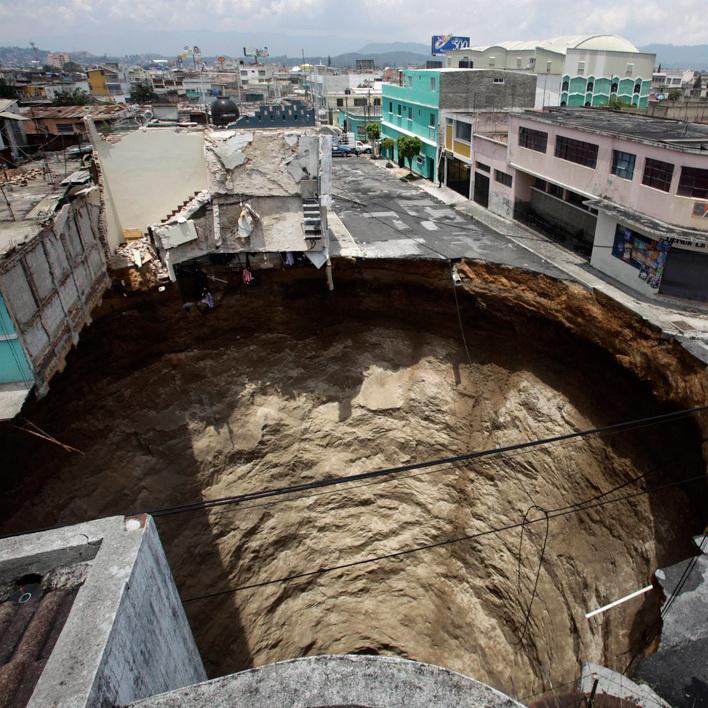 У Мексиці чотири будинки провалилися у котлован на будівництві торговельного центру