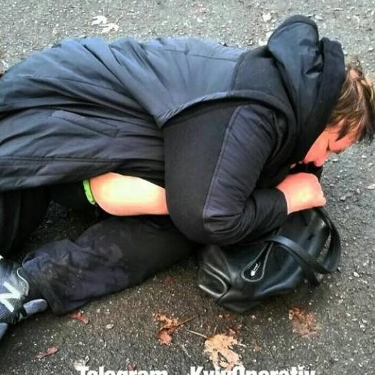 У Києві п'яна  жінка випала з авто й почала засинати просто на асфальті перед поліцією (фото)