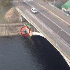 На одному з мостів через Русанівський канал у Києві знайшли повішеного чоловіка