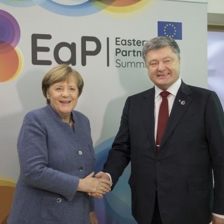 Порошенко порадився з Меркель щодо ситуації в Луганську (фото)