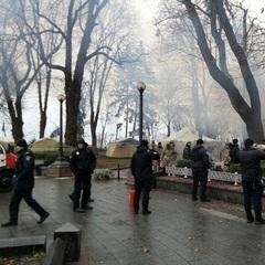 Під Верховною Радою згорів намет протестувальників (фото)