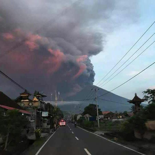 Виверження вулкану на Балі: в аеропорту заблоковано десятки тисяч туристів (фото)