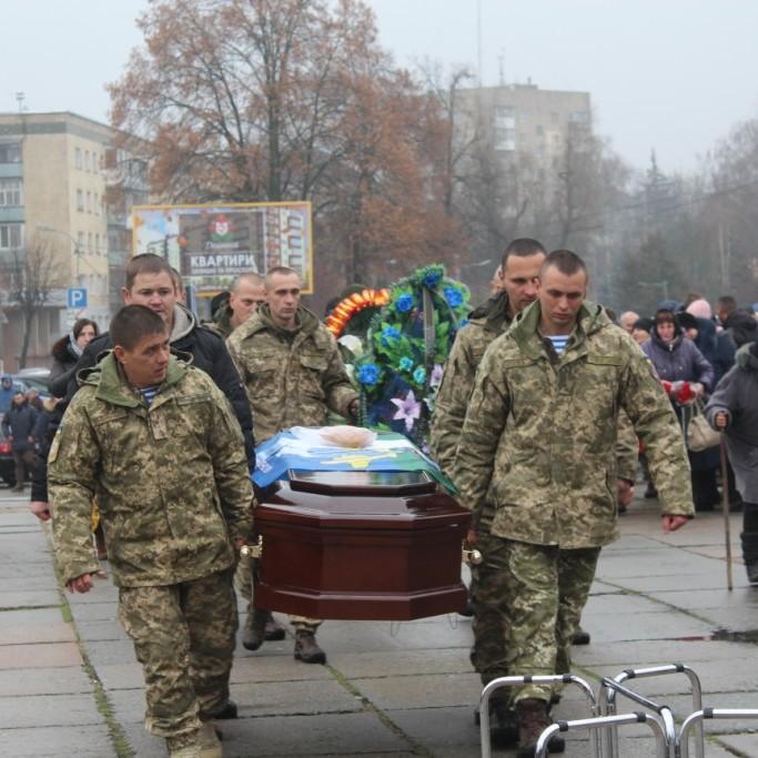 Житомиряни на колінах попрощалися з воїном АТО Перепелицею (фото)