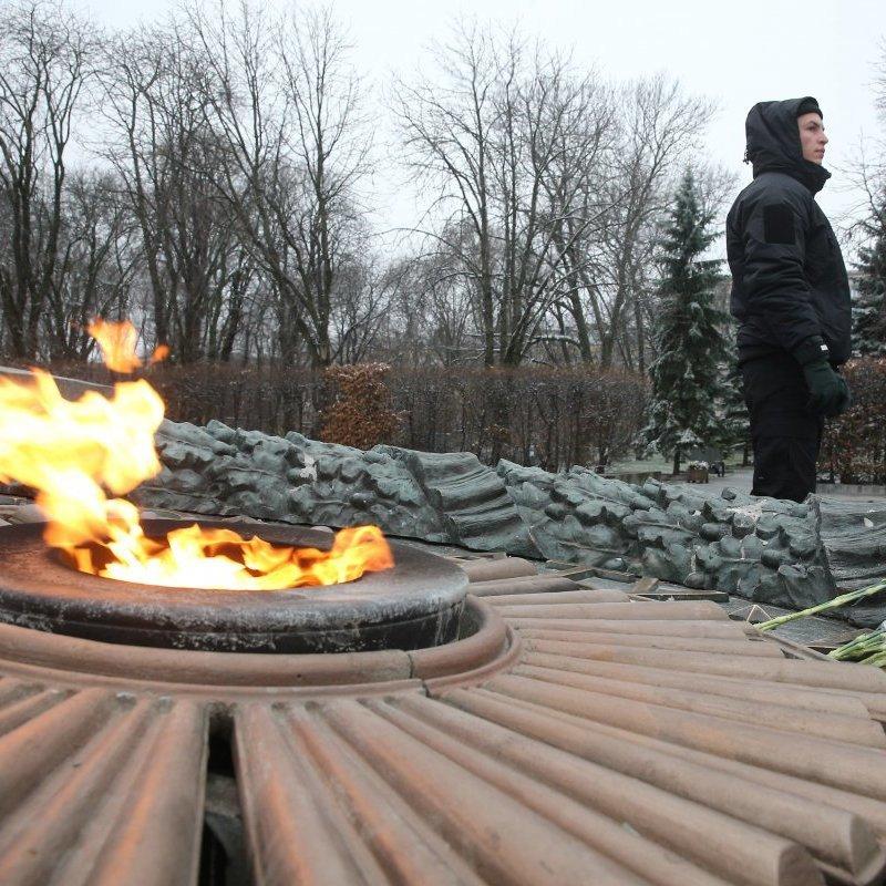 У Києві біля Вічного вогню тепер стоїть охорона (фото)