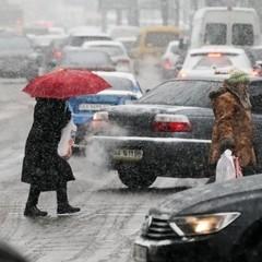 Зима на носі: мокрий сніг, ожеледиця призвели до ДТП та травмувань (фото, відео)