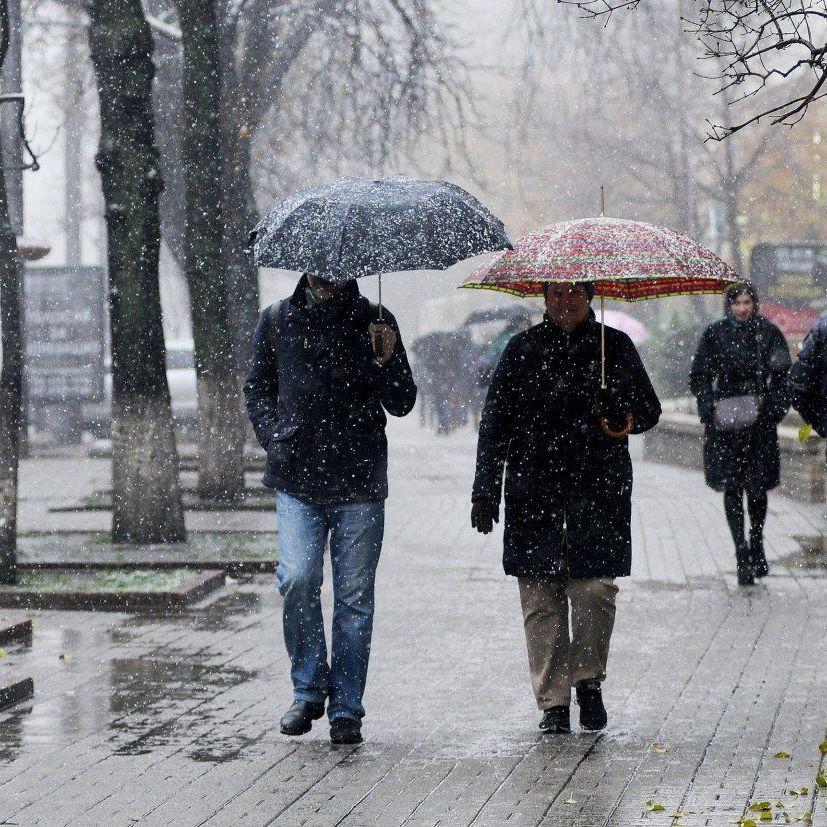 В Україні сьогодні пройдуть дощі, у більшості регіонів трохи потепліє (карта)