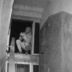 У Черкасах патрульні зняли з вікна самогубцю, який збирався стрибати з 8-го поверху (відео)