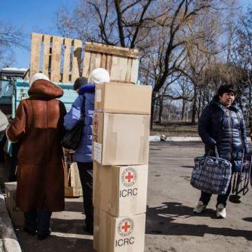 Червоний Хрест направив 13 вантажівок з гуманітарною допомогою на Донбас, – ДПСУ