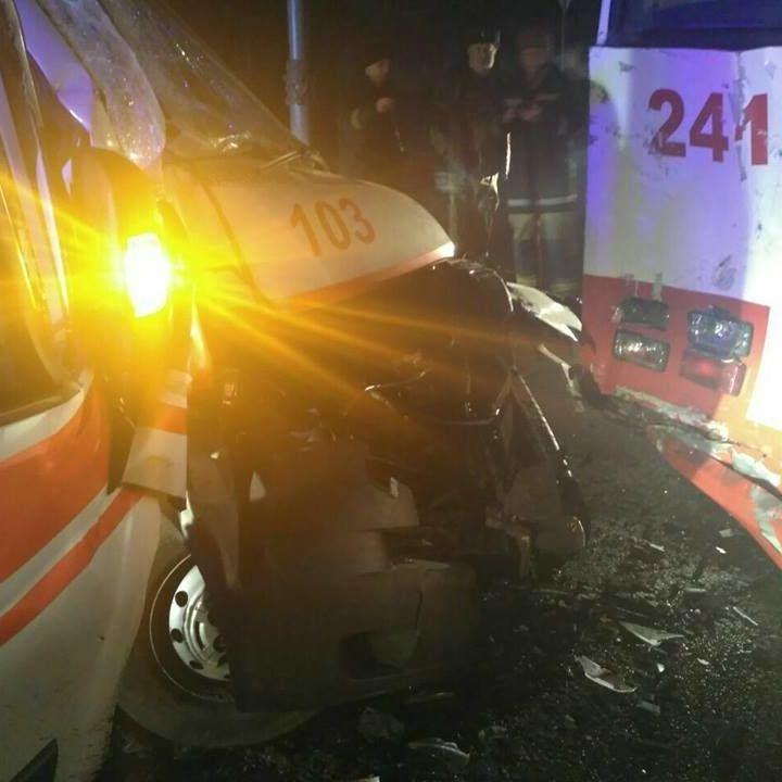 У Харкові зіткнулись тролейбус та автомобіль швидкої допомоги: є постраждалі