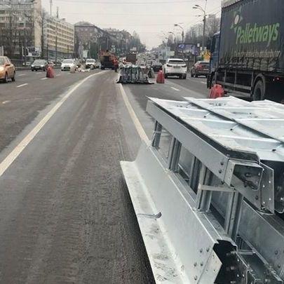 У Києві встановлюють спеціальне огородження, покликане підвищити безпеку на дорогах (фото, відео)