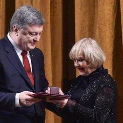 Порошенко нагородив Аду Роговцеву державною премією імені Олександра Довженка за 2017 рік